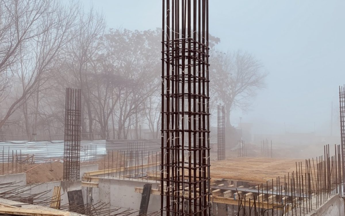 Секция № 2. Продолжаем перекрытие первого уровня паркинга и выливаем несущие колонны для возведения второго уровня.