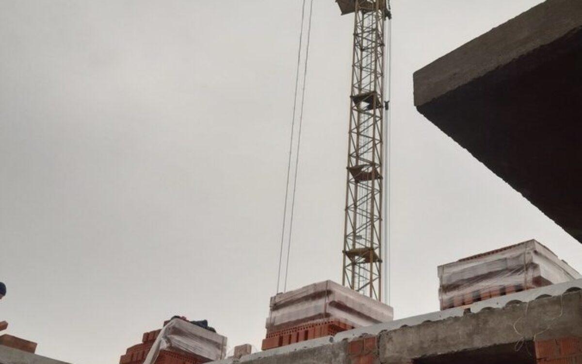 фото со стилобатной части комплекса. Вид на панорамные лоджии и окна квартир 3-го этажа. Начало возведения кирпичной кладки этажа №4