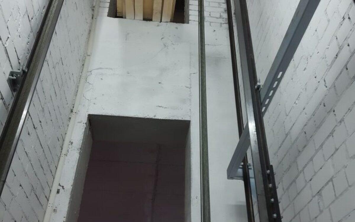 Устанавливаем лифтовое оборудование в секции №2.